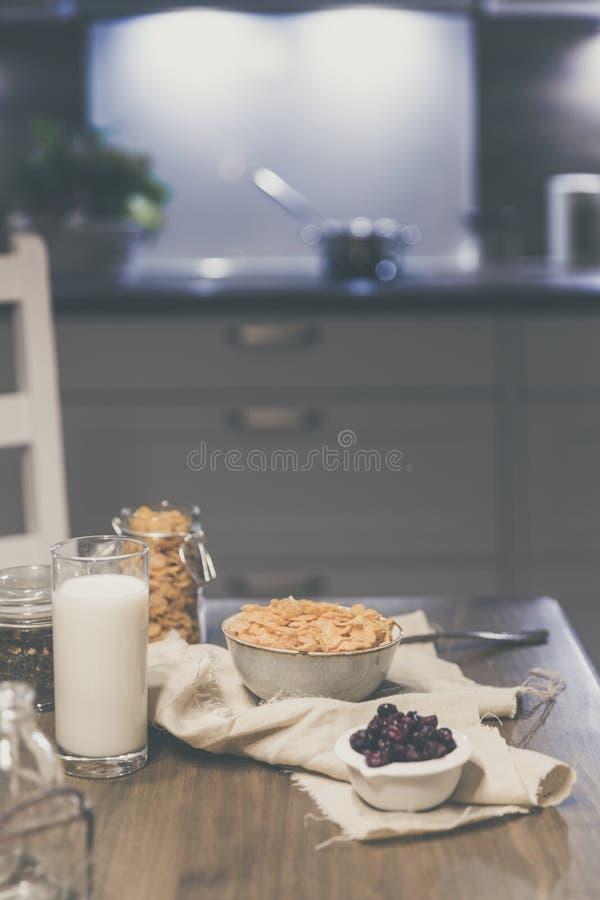 cornflakes zboże i mleko w szkle Ranku smakowity śniadaniowy pojęcie obrazy stock