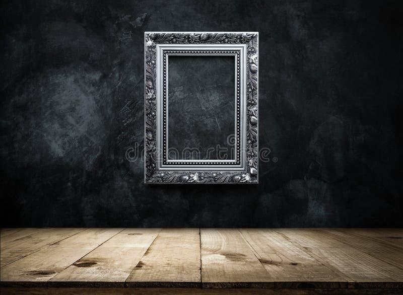 cornice antica d'argento sulla parete scura di lerciume con la linguetta di legno immagine stock libera da diritti
