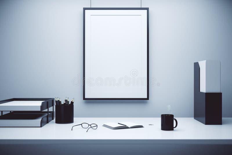 Cornice in bianco su una parete e su una tavola con i vetri, diario e royalty illustrazione gratis