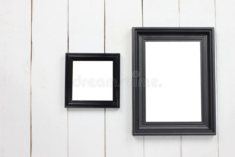 Cornice di legno stabilita dello spazio in bianco sul pavimento di legno bianco immagini stock