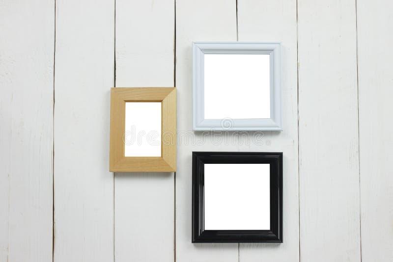 Cornice di legno stabilita dello spazio in bianco sul pavimento di legno bianco fotografia stock