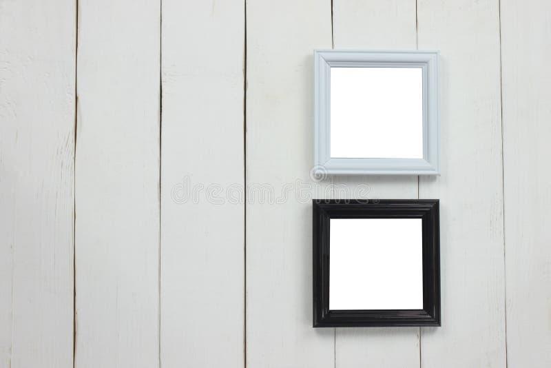 Cornice di legno stabilita dello spazio in bianco sul pavimento di legno bianco immagine stock