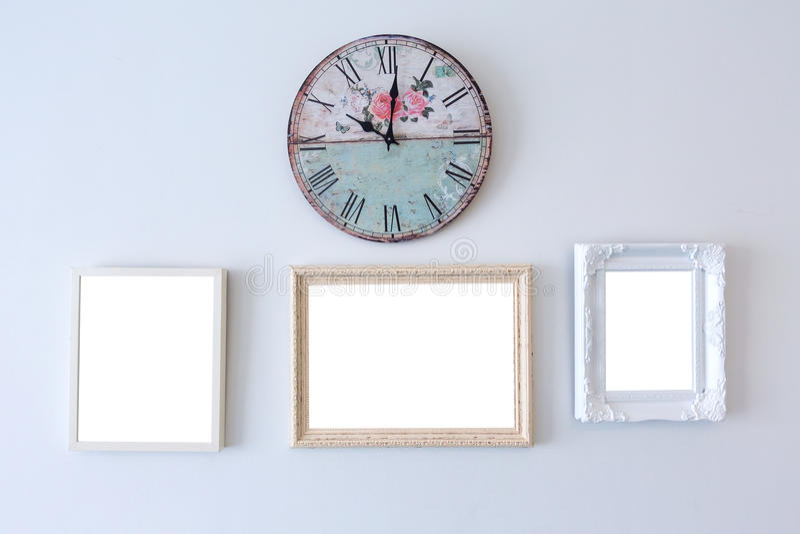 Cornice di legno sulla parete bianca fotografia stock