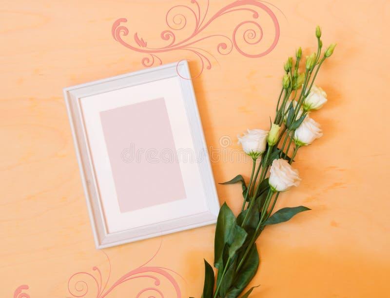 Cornice e fiore di eustoma fotografie stock