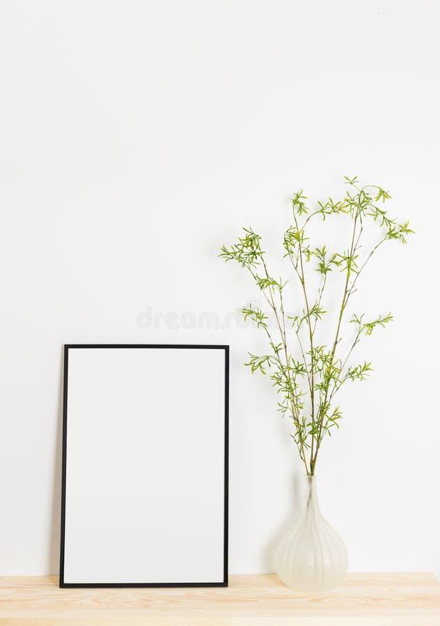 Cornice e rami di albero della molla in un vaso fotografia stock