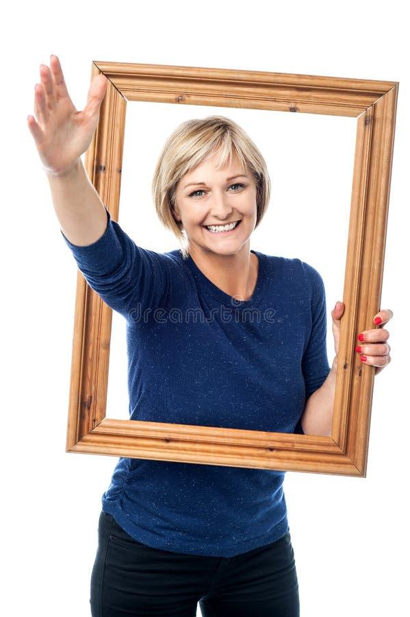 Cornice emozionante della tenuta della donna immagini stock libere da diritti