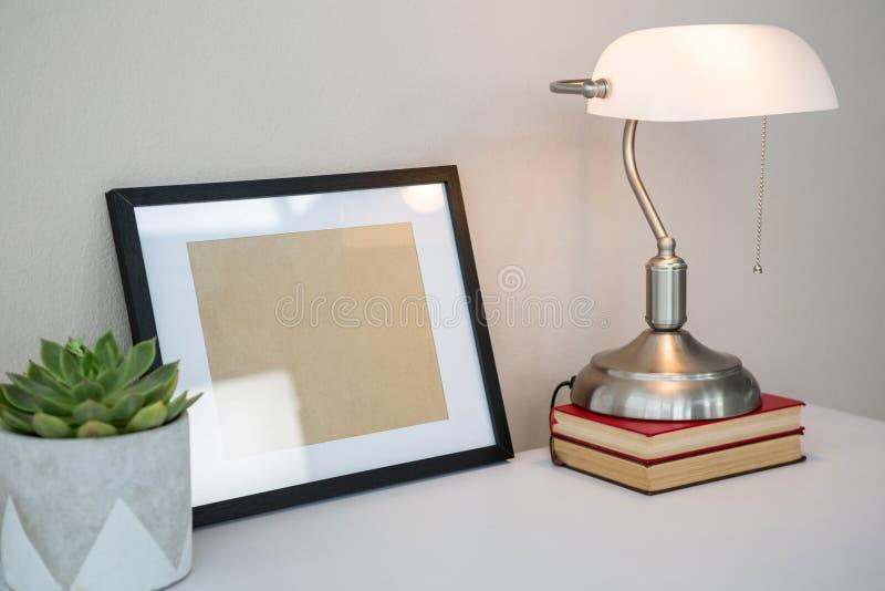 Lampade Da Tavolo Lavoro : Cornice libri lampada da tavolo e pianta in vaso sulla tavola