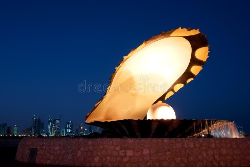 corniche多哈喷泉牡蛎珍珠卡塔尔 免版税图库摄影