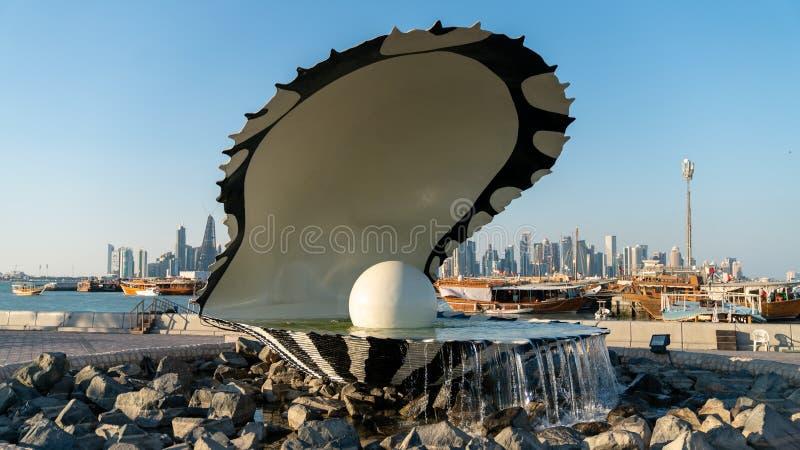 珍珠和牡蛎喷泉在Corniche市多哈,卡塔尔的地标纪念碑 库存照片