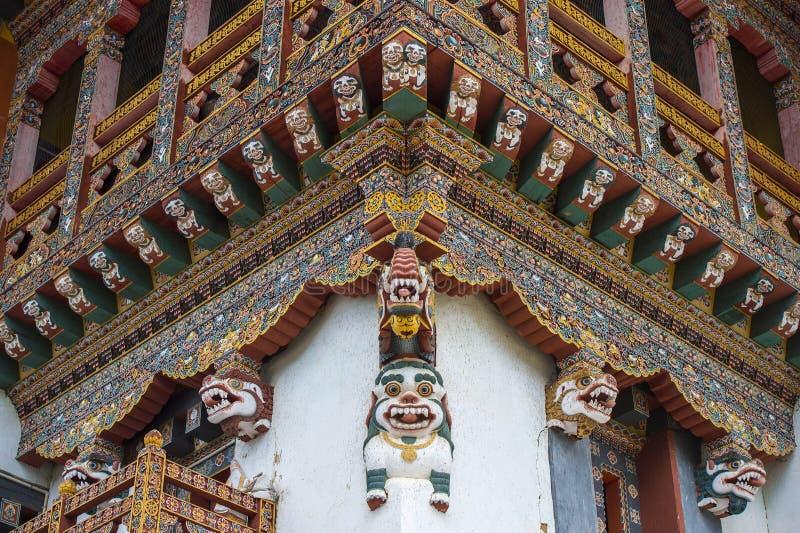 Corniche de découpage en bois bhoutanaise de monastère, lions de neige, Bhutan photos libres de droits
