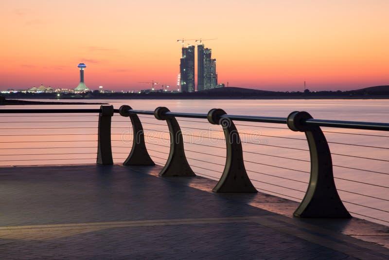 Corniche en Abu Dhabi au coucher du soleil photo stock