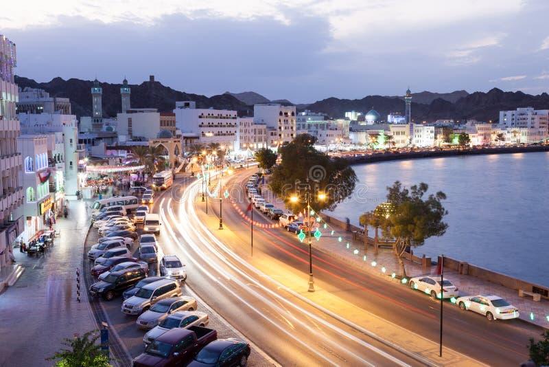 Corniche in Muttrah bij nacht Muscateldruif, Oman stock foto's