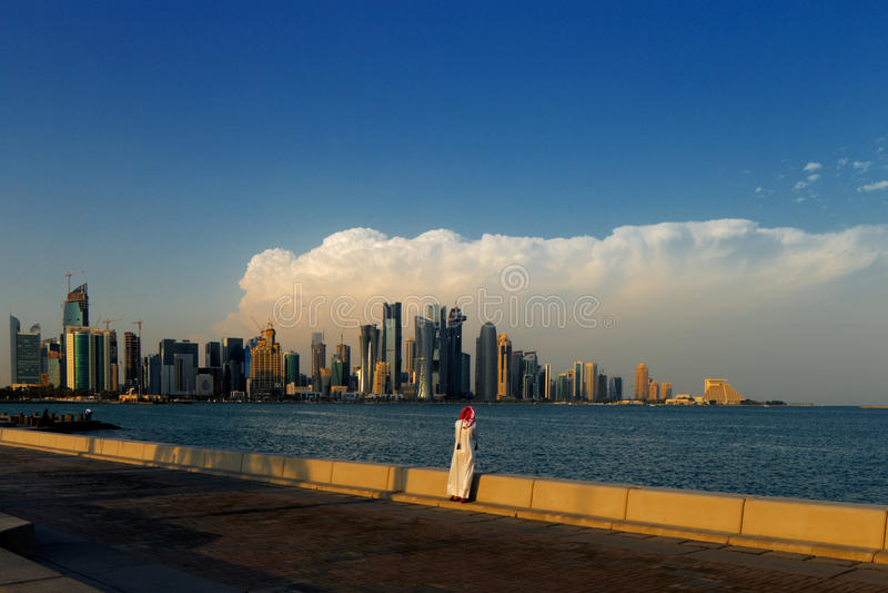 Corniche område av den västra fjärden, Doha, Qatar arkivbilder