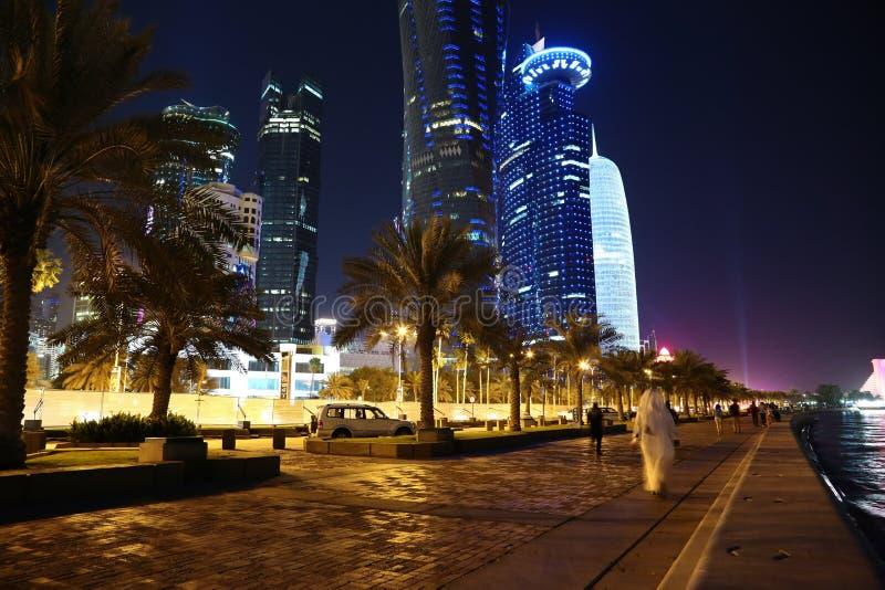 Corniche väg i den Doha staden, Qatar royaltyfria bilder