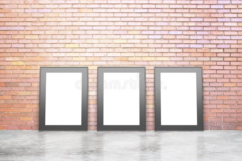 Cornici bianche in bianco nella stanza vuota del sottotetto con il floo concreto immagine stock libera da diritti