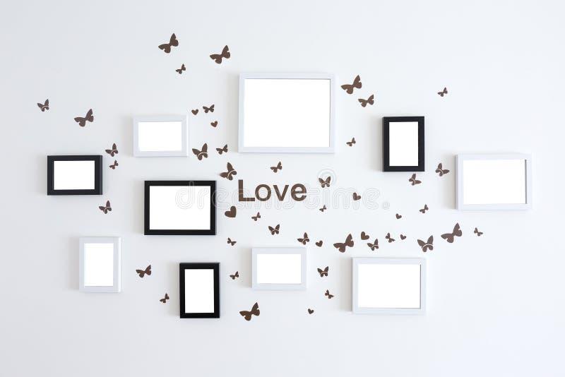 Cornici di amore sulla parete bianca immagini stock libere da diritti