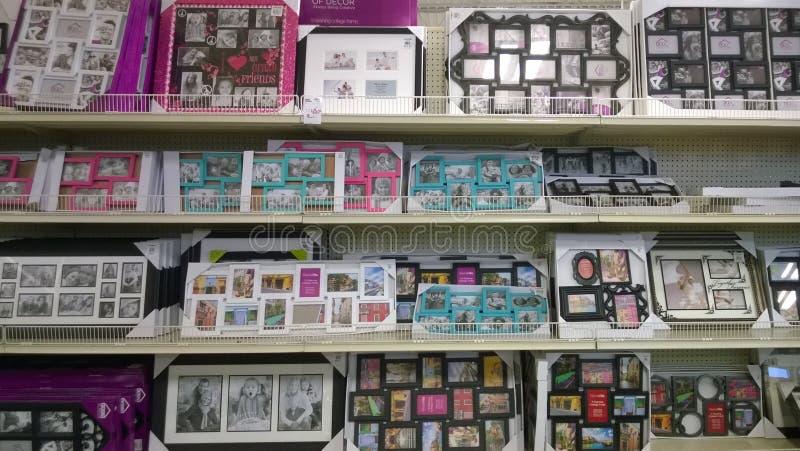 Cornici piacevoli sulla vendita degli scaffali immagini stock libere da diritti