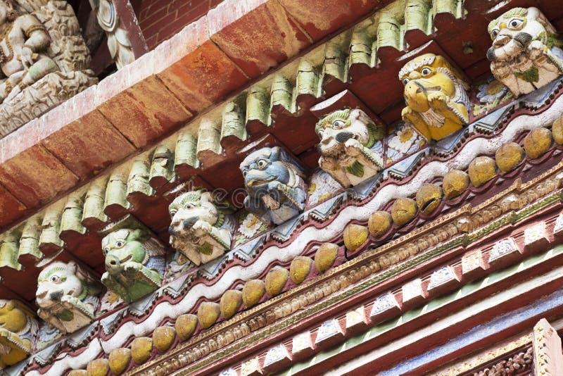 Cornicioni antichi al tempiale di Changu Narayan, Nepal fotografia stock