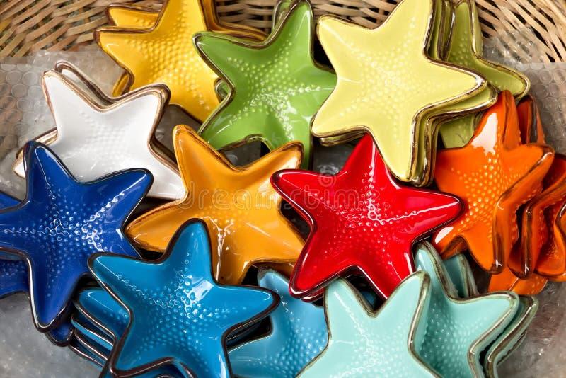 Corniglia, Cinque Terre Decora??es cer?micas feitos a m?o que representam estrelas de mar coloridas imagem de stock
