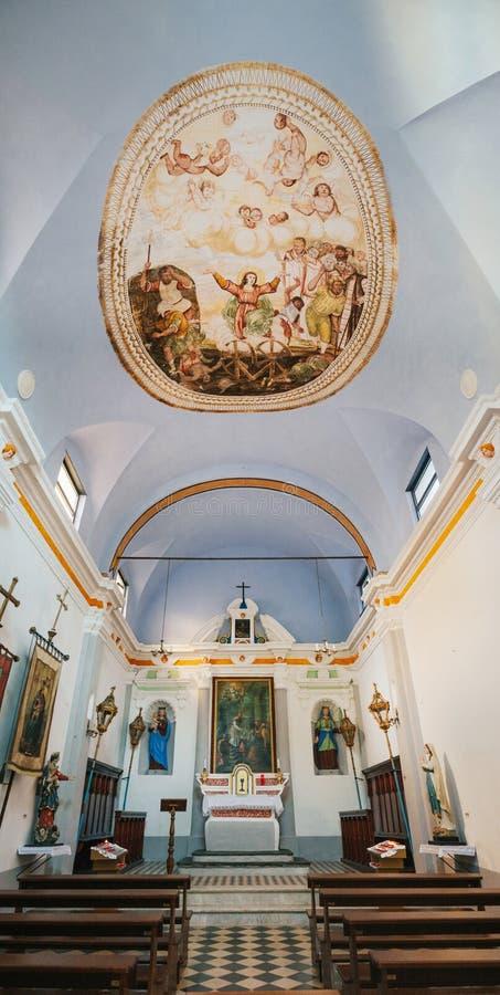 CORNIGLIA, ITALIA - 20 DE JUNIO DE 2016: Interior de los di italianos viejos San Pietro, parque nacional de Cinque Terre, Liguria foto de archivo libre de regalías