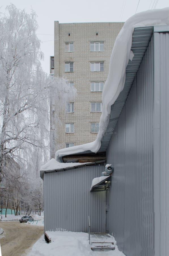 Cornisa de la nieve cerca del camino fotografía de archivo