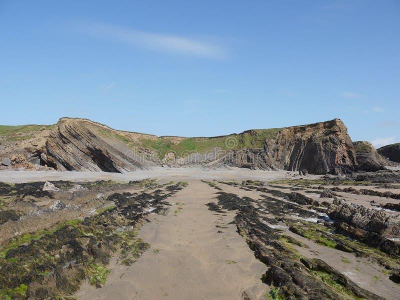 Cornish απότομοι βράχοι κάτω από τους μπλε ουρανούς στοκ εικόνες