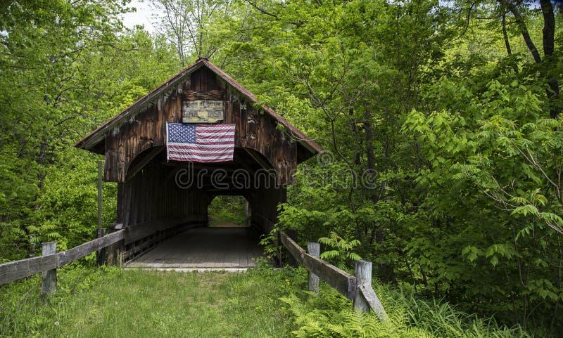 Cornisk gammal dold bro, New Hampshire arkivfoto