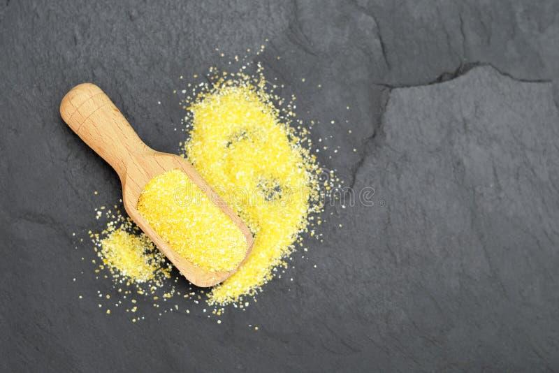 Cornmeal i träskopa arkivbild