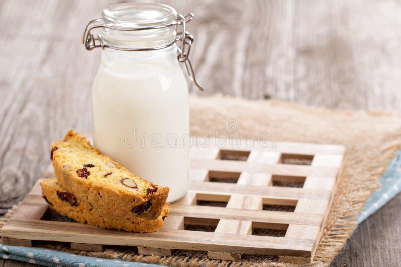 Cornmealbiscottien med mjölkar arkivbilder