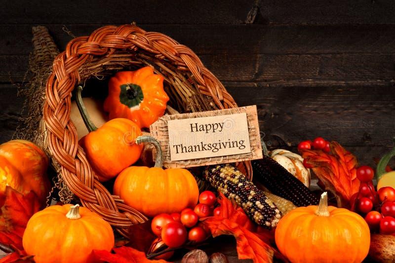 Cornucopia del raccolto con l'etichetta felice del regalo di ringraziamento fotografia stock libera da diritti