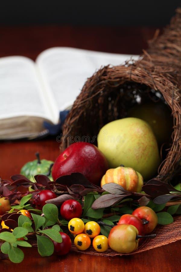 Cornucopia e bibbia fotografia stock libera da diritti