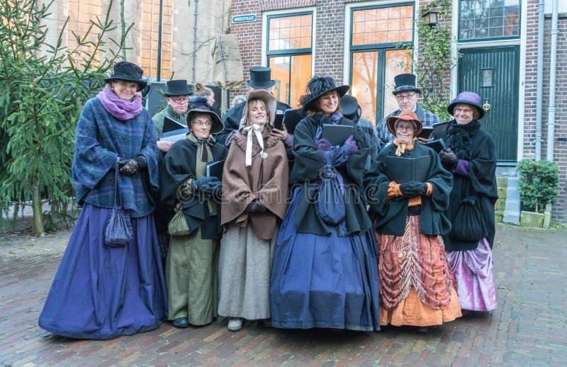 Coro degli attori vestiti che cantano dentro il festival di Dickens fotografie stock libere da diritti