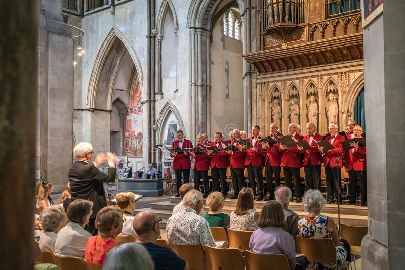 Coro para hombre que se realiza en una catedral fotografía de archivo libre de regalías