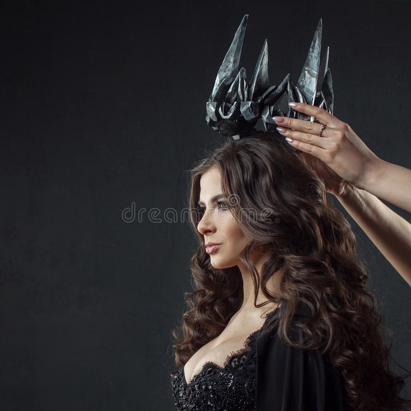Coroação da rainha gótico Imagem em Dia das Bruxas Mulher bonita nova no preto fotos de stock royalty free