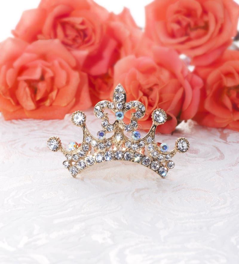 Coroa com rosas vermelhas imagem de stock royalty free