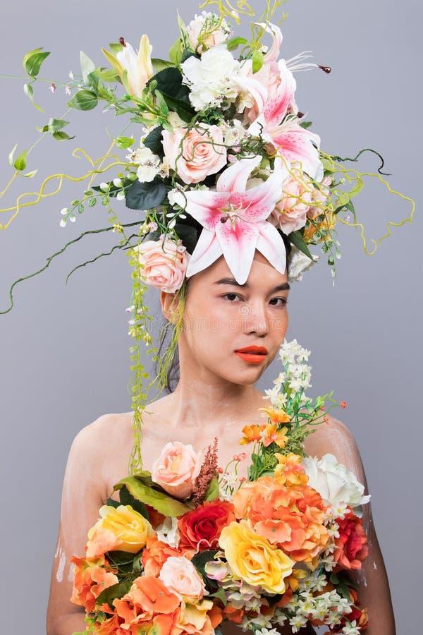 Coroa da flor fresca como a rainha na mulher asiática foto de stock