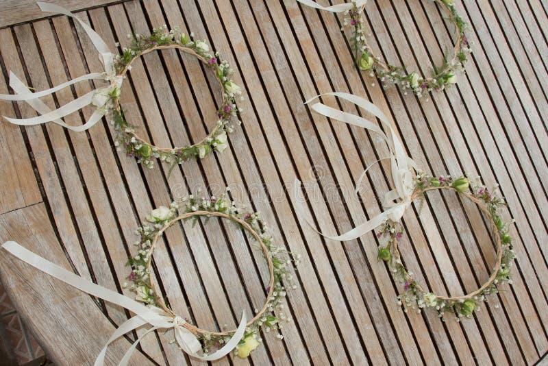 Coroa das flores para mulheres e noiva na celebração do casamento fotografia de stock