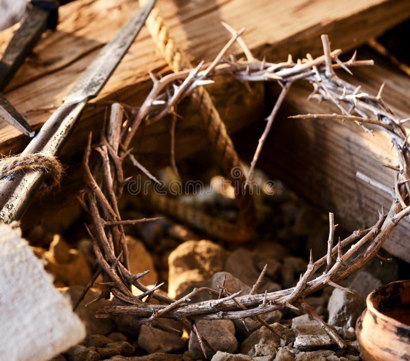 Coroa de espinhos com símbolos da crucificação imagem de stock