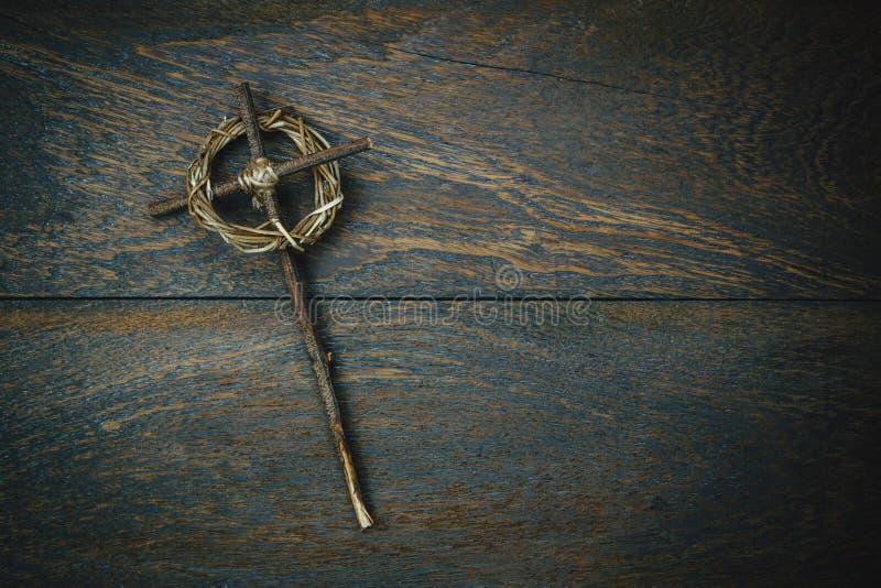 Coroa de espinhos com uma cruz no backgroun de madeira rústico fotos de stock royalty free