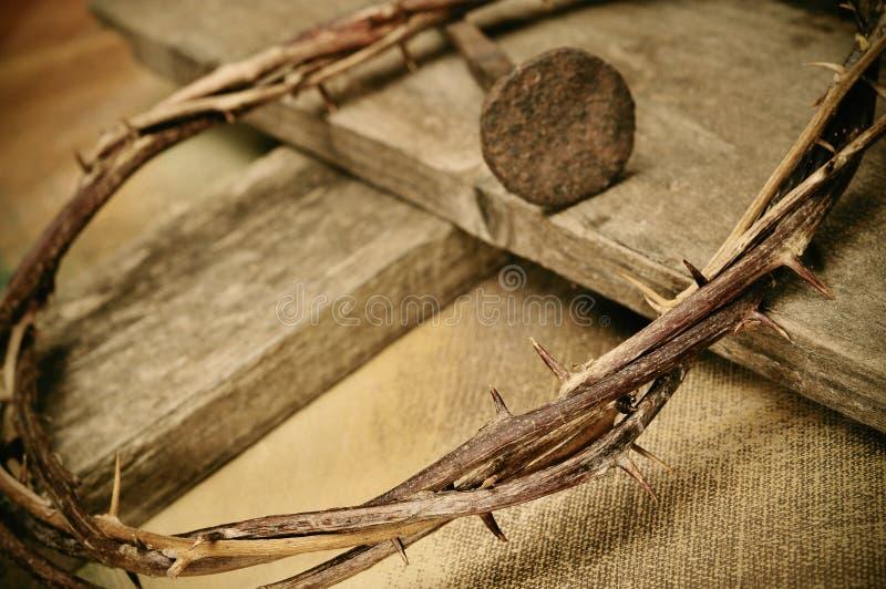 Coroa de espinhos, de cruz e de prego fotografia de stock