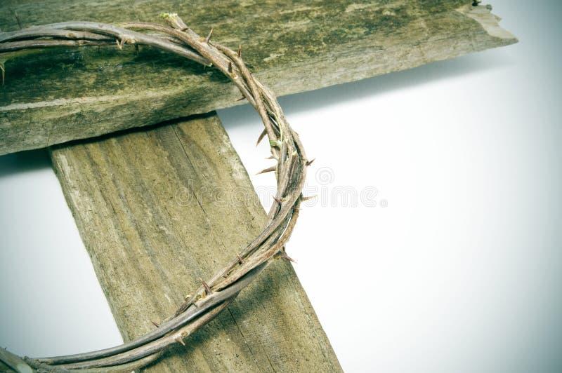 Coroa de espinhos e de cruz fotos de stock royalty free
