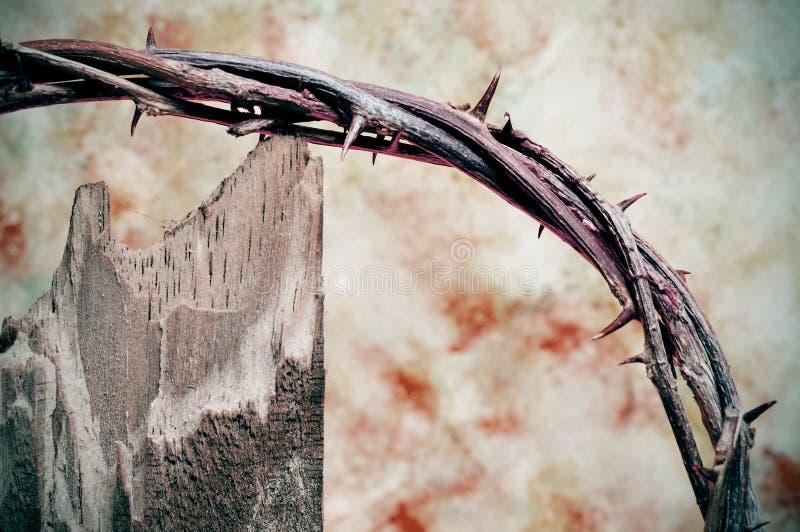Coroa de espinhos e de cruz imagem de stock