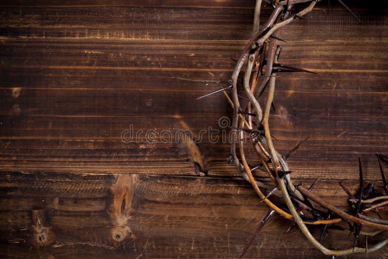 Coroa de espinhos em um fundo de madeira - Páscoa imagem de stock