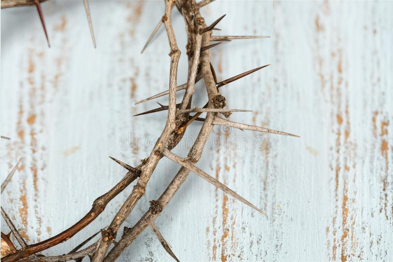 A coroa de espinhos no fundo, representa o ` s de Jesus imagens de stock royalty free