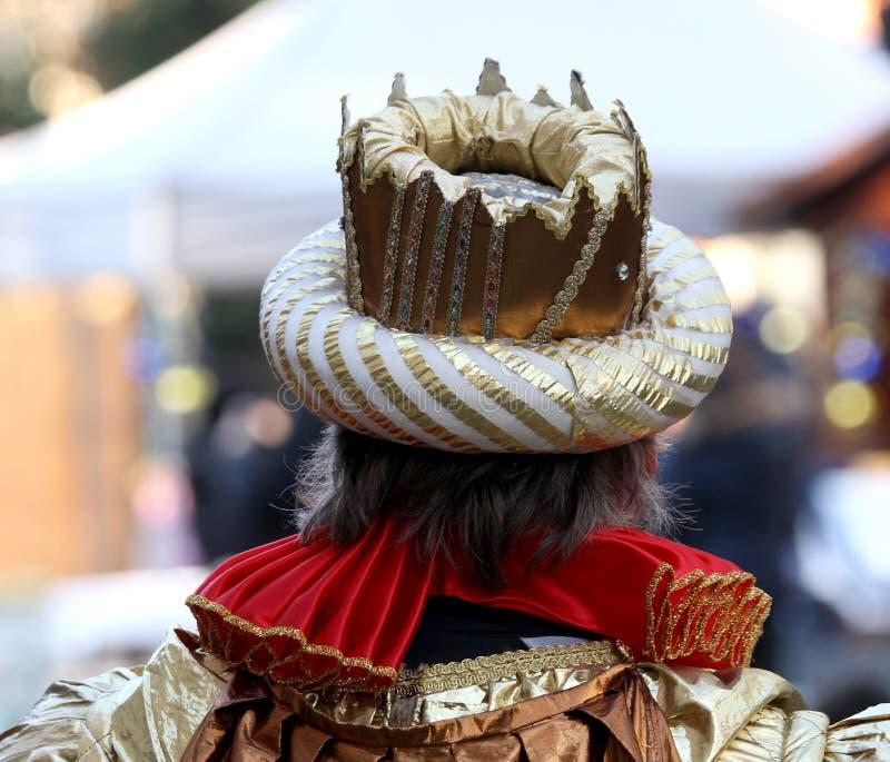 A coroa do imperador com um vestido medieval do tempo foto de stock