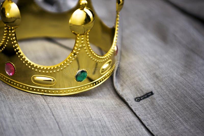Coroa do ouro que encontra-se no terno de um homem de negócios Conceito do negócio metaphor imagem de stock royalty free