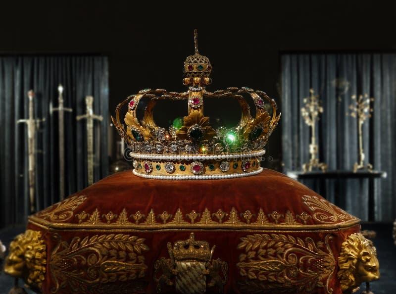 Coroa do ouro do ` s do rei fotos de stock royalty free
