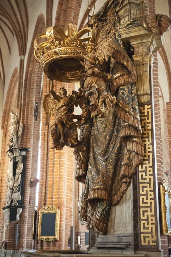 Coroa dourada na catedral de Storkyrkan, Éstocolmo  imagem de stock
