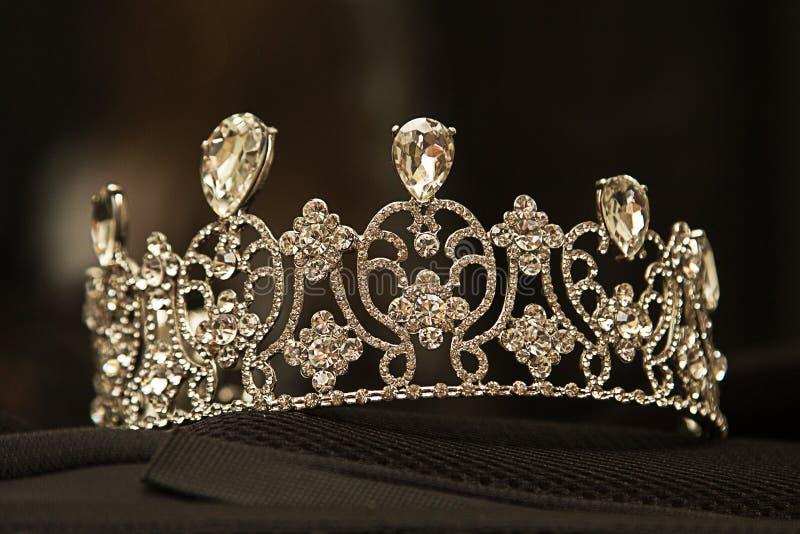 Coroa luxuosa com diamantes, joia do diadema, no fundo preto imagens de stock