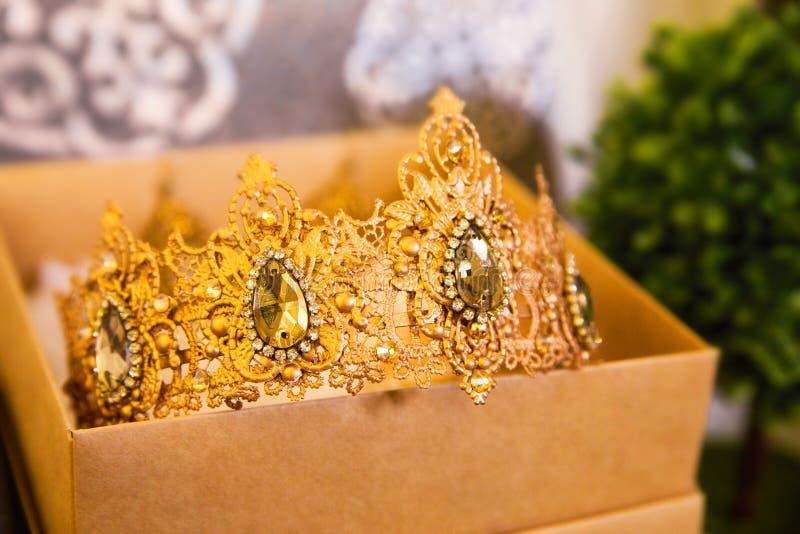 Coroa para a noiva na caixa fotografia de stock